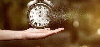 mano con un reloj desapareciendo - CLAVES PARA UNA FANTÁSTICA GESTIÓN DEL TIEMPO EN EL HOGAR.