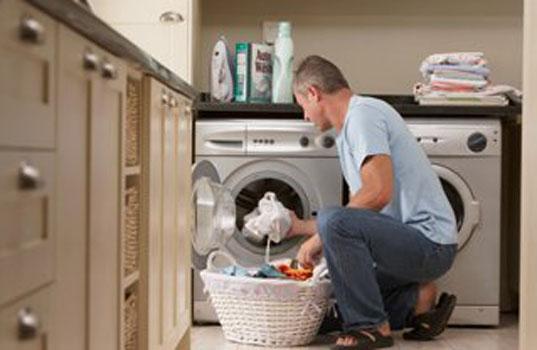 come insegnare a un uomo ad usare la lavatrice