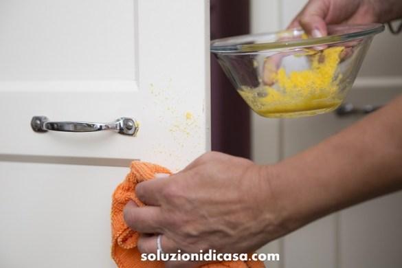 Come pulire le ante della cucina in legno