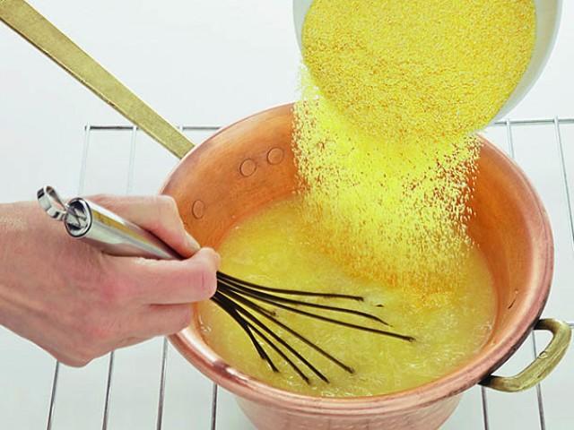 Come usare le fruste a mano per polenta e soufflé
