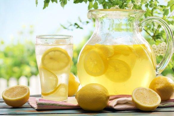 i benefici di acqua e limone