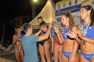 Zamenik gradonačelnice Antonio Ratković, dodeljuje medalje najboljim odbojkašicama