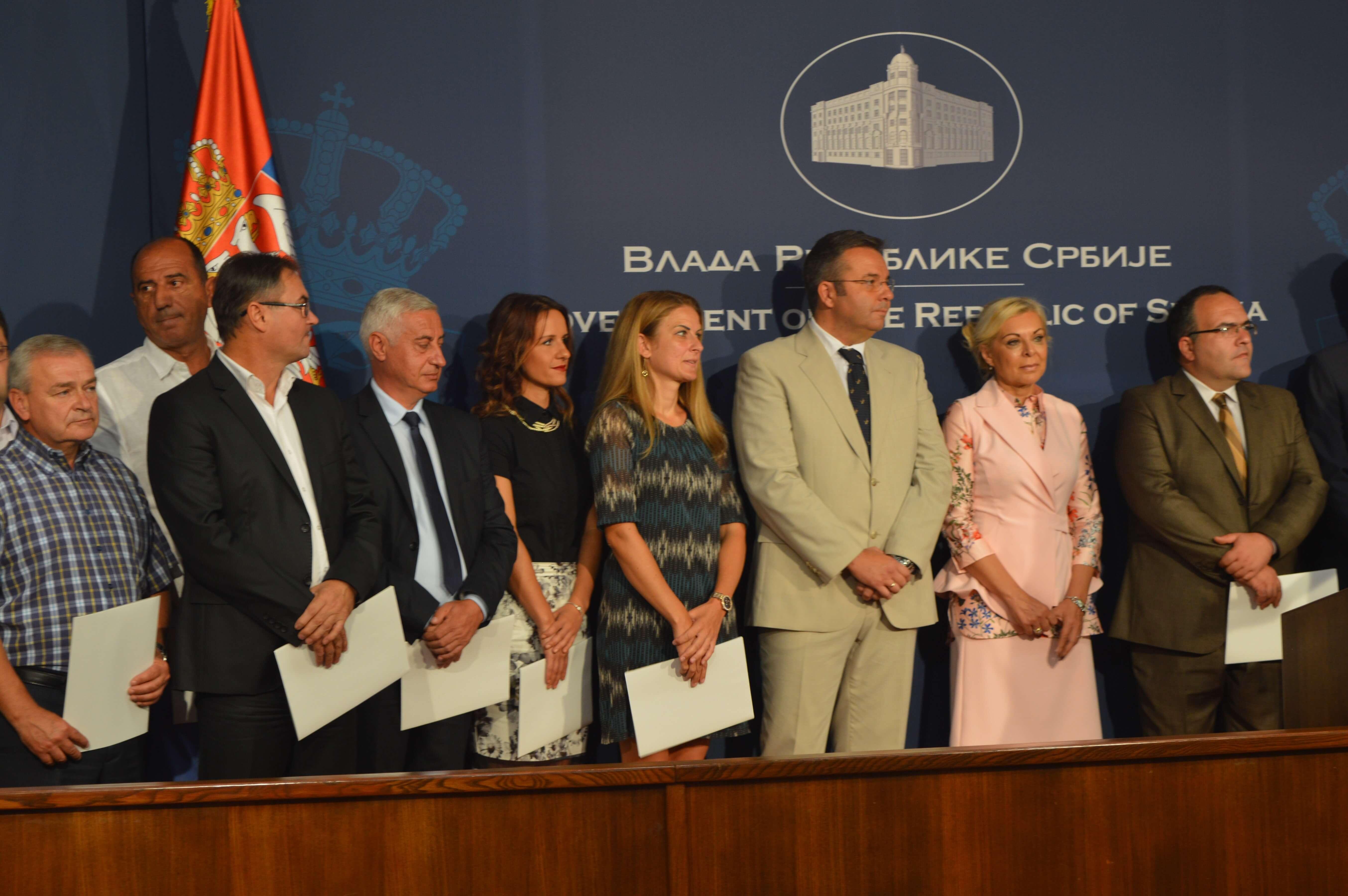 Градоначелница Сомбора  Душанка Голубовић и остали потписници Уговора