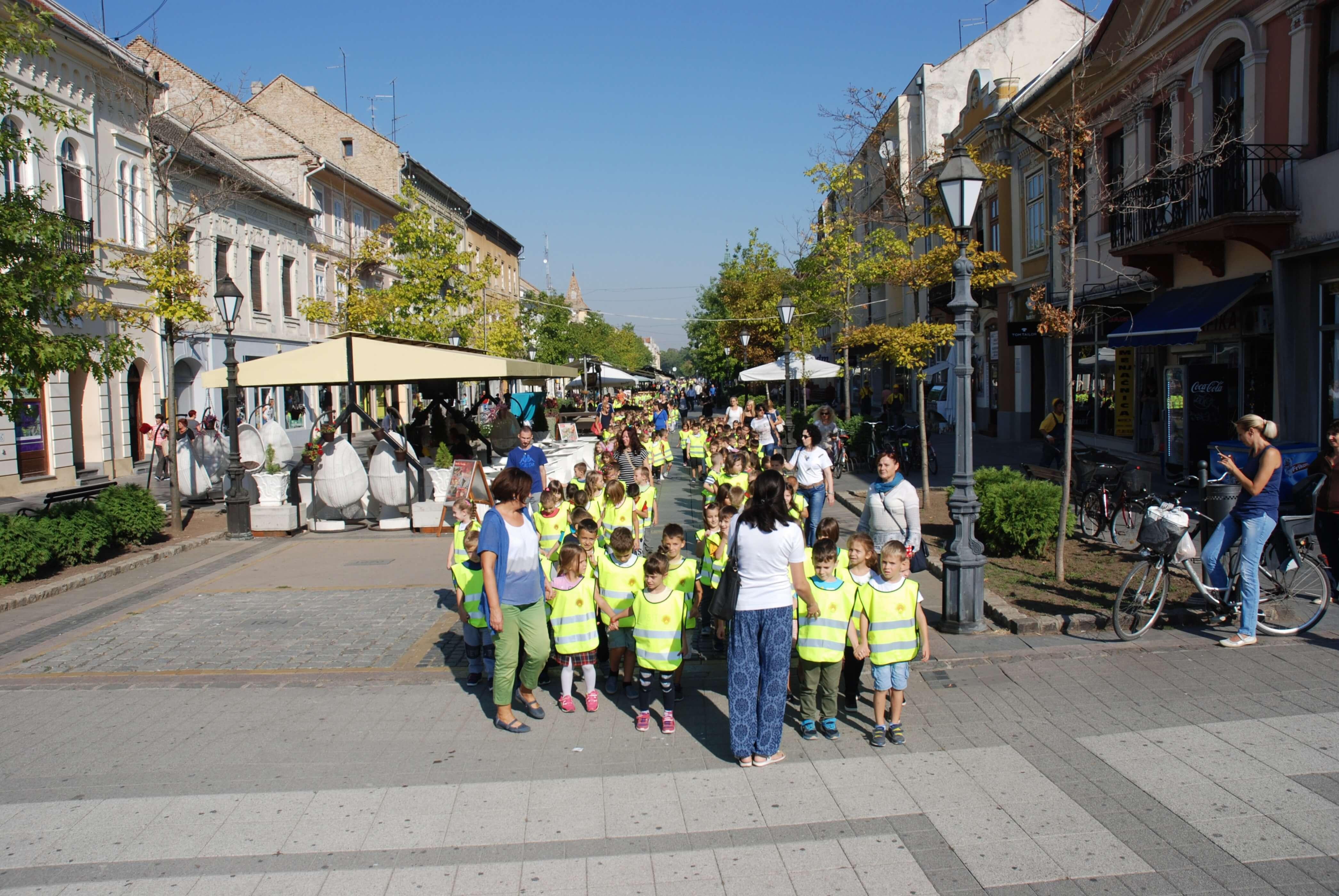 Деци су се у шетњи придружили и Мирослав Ковачић, члан Градског већа  и начелник Одељења за образовање Горан Тодорић
