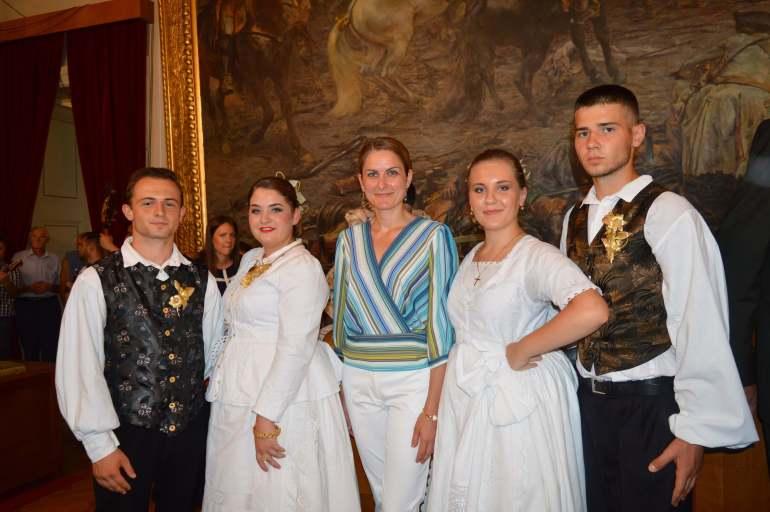 Градоначелница Душанка Голубовић са бандашицама и бандашима