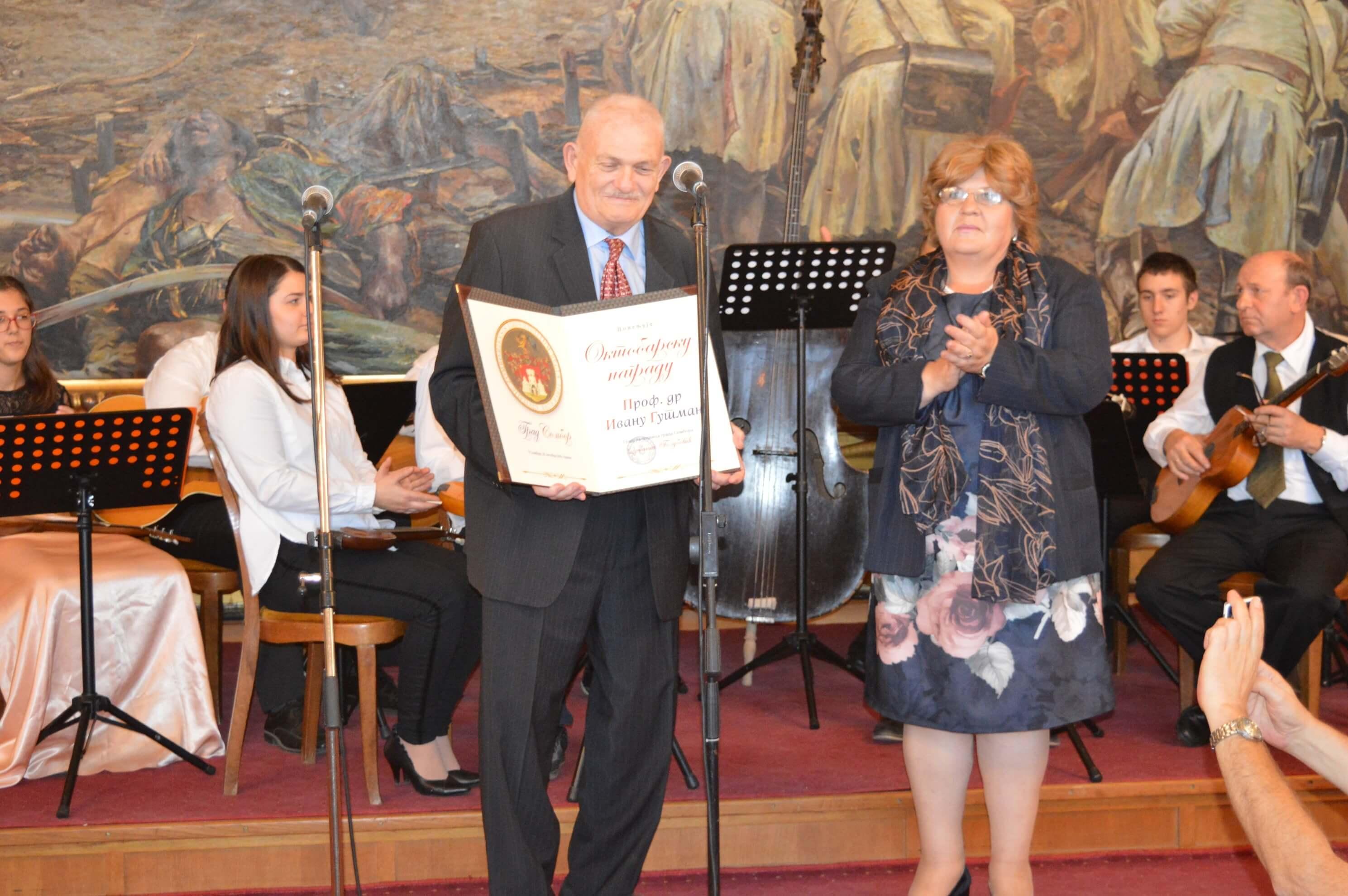 Председница Скупштине града Љиљана Тица  уручила је Октобарску награду проф. др Ивану Гутману