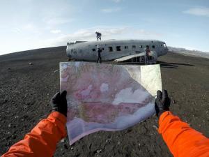 un gars perdu dans un désert où un avion s'est écrasé - il lit une carte