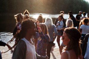 une foule de gens différents : hommes, femmes, blancs, noirs