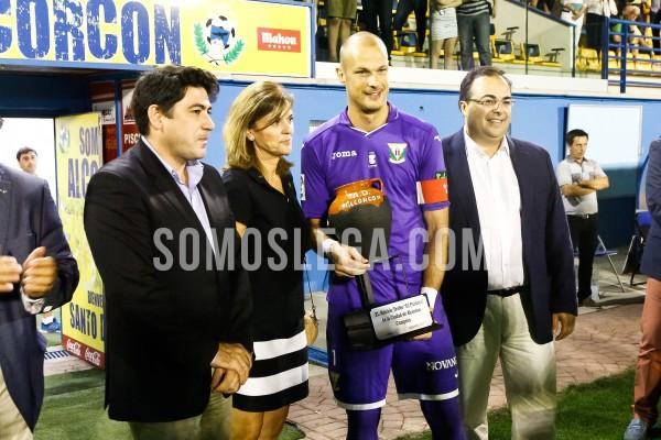 Queco Piña recogiendo el trofeo. Foto: Sandro Muñoz