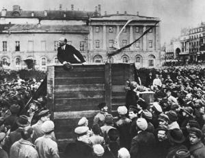 Lenin dirigiéndose a la multitud, en 1920 (imagen perteneciente a The Granger Collection).
