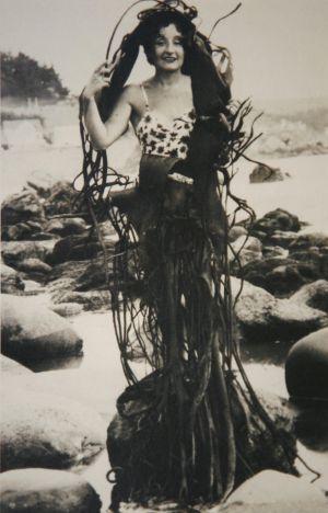 La pintora surrealista Maruja Mallo estrenando vestido de algas.