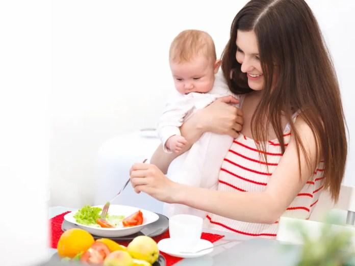 Resultado de imagen para mujeres que dan pecho y comen