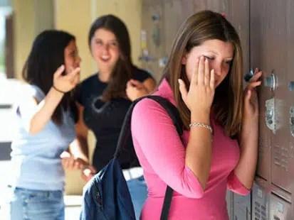 chica sufriendo acoso escolar