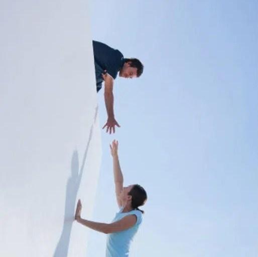 chico ofreciendo ayuda a chica