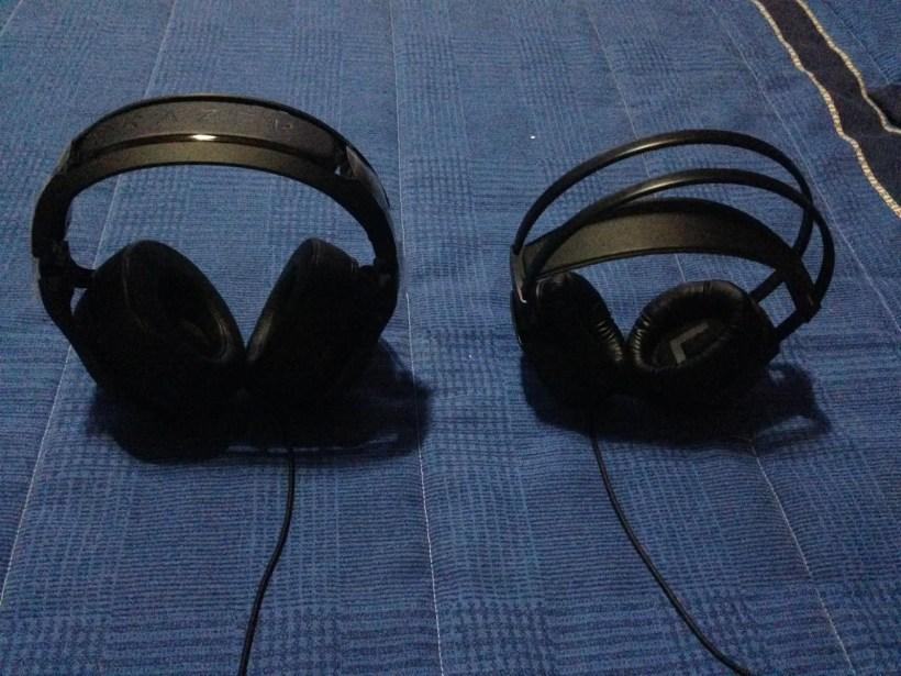 A la izquierda los cascos Razer. A la derecha unos AKG K511.
