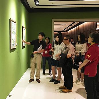 柯教授為現場觀眾及志工們進行導覽。