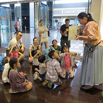 汐止活動參與的家長與孩子們聚精會神的進入說書人講師的故事世界中