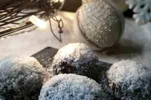 Sfere dolci di Natale al cocco, mandorle e cioccolato fondente