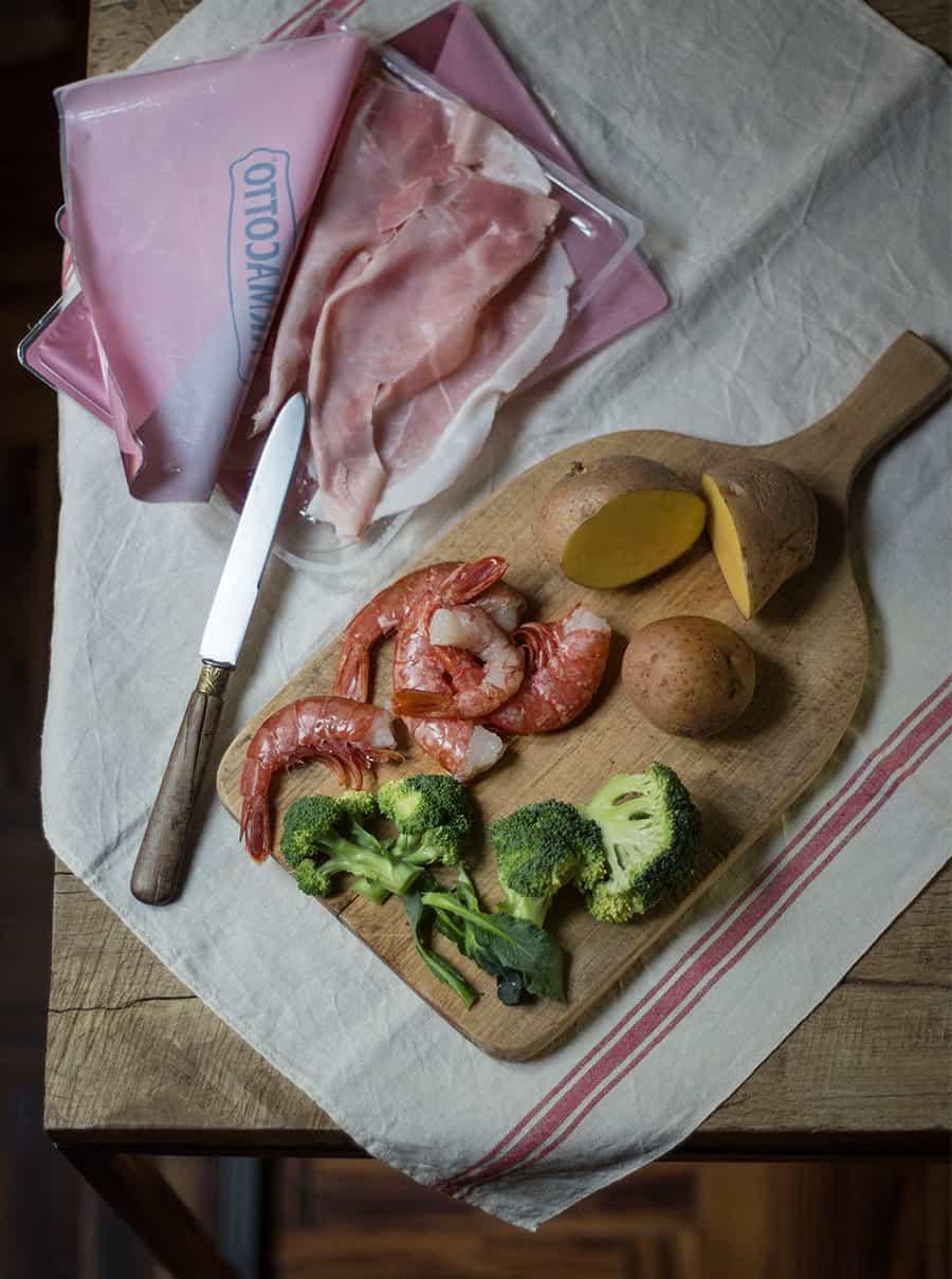 gamberi con broccoli patate e prosciutto