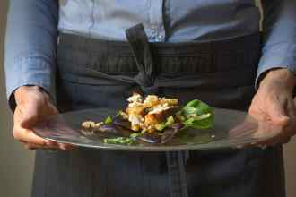 crostini e asparagi nell'insalata verde