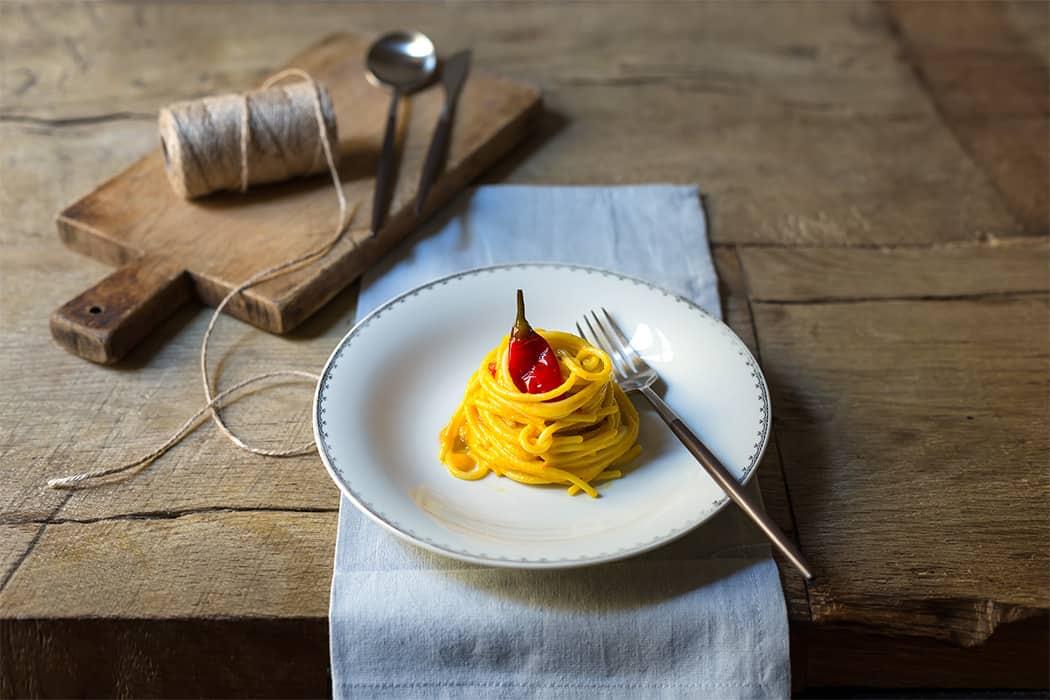 Spaghetti con crema di peperoni e peperoncino piccante
