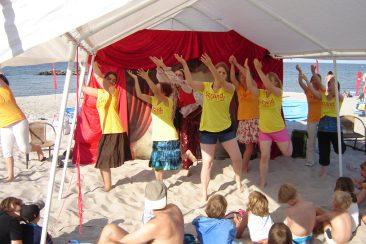 Zwei Wochen lang tourte das Team der Drama Ministry Academy an der Ostseeküste und spielte Theater - direkt am Strand.