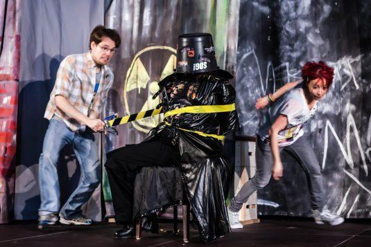 Mia (Sonni Maier) und Sandro (Philipp Wiegand)auf Verbrecherjagd.