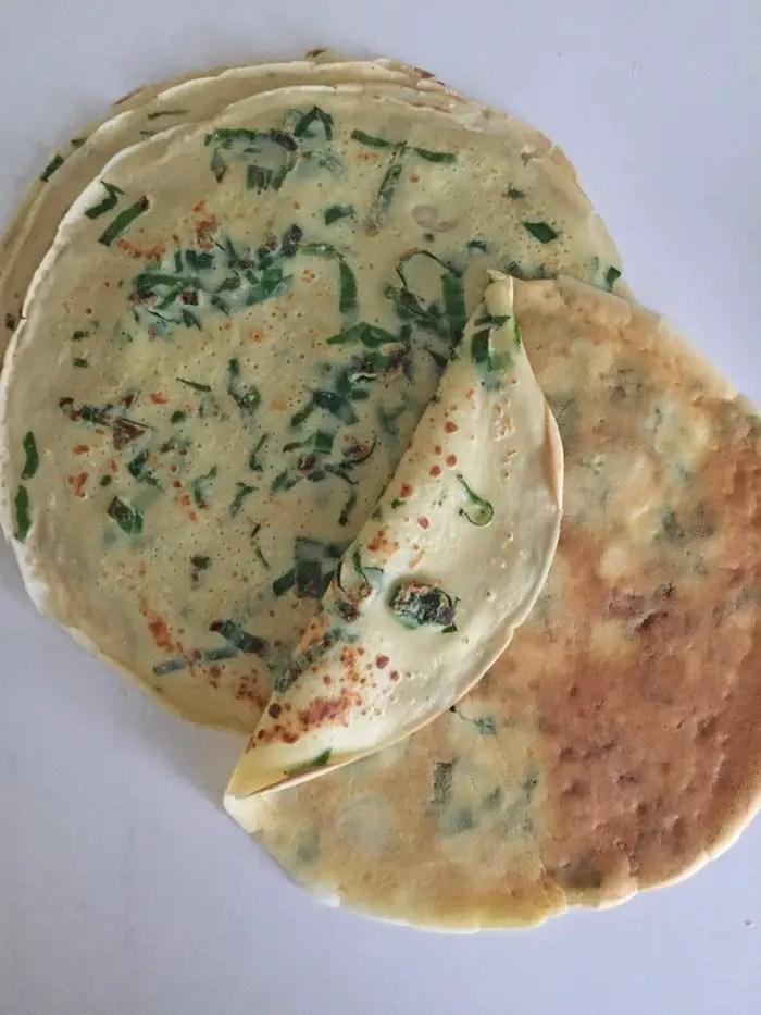Bärlauch-Crêpes mit Lachs, Frischkäsecreme und Rucola-Salat