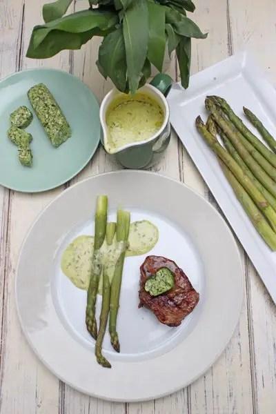 Bärlauchbutter, Steak, grüner Spargel und scharfe Messer von SILBERTHAL