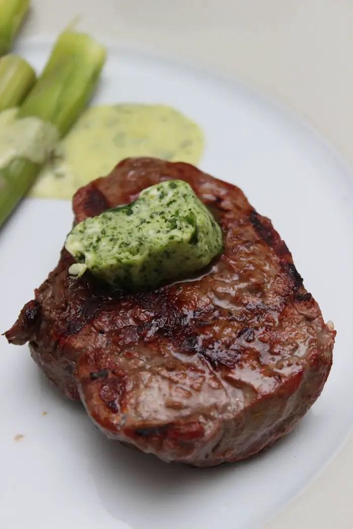 Bärlauchbutter, Steak, Spargel und einem scharfen Messer von SILBERTHAL