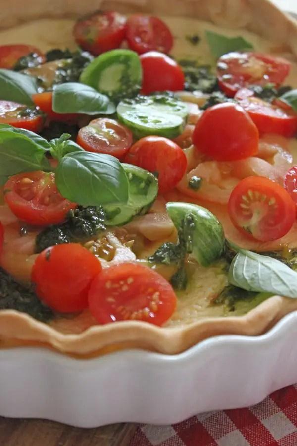 Bunte Tomatentarte mit Parmesancreme und Basilikumpesto