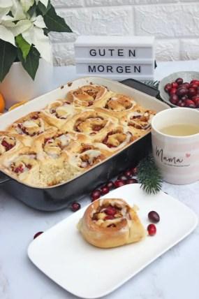 Christmas Cinnamon Rolls mit Cranbeery, Nüssen und Orangenglasur