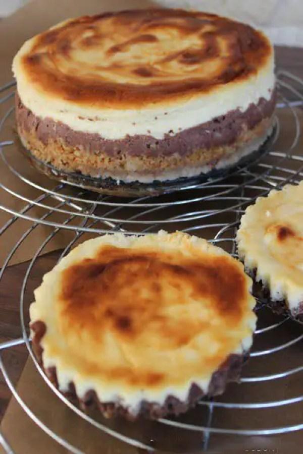 Double-Cheesecake mit Karamell und Schokoguss