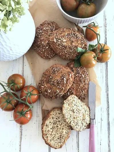 So backst du perfekte Saatenbrötchen in zwei Varianten | Low Carb und klassisch