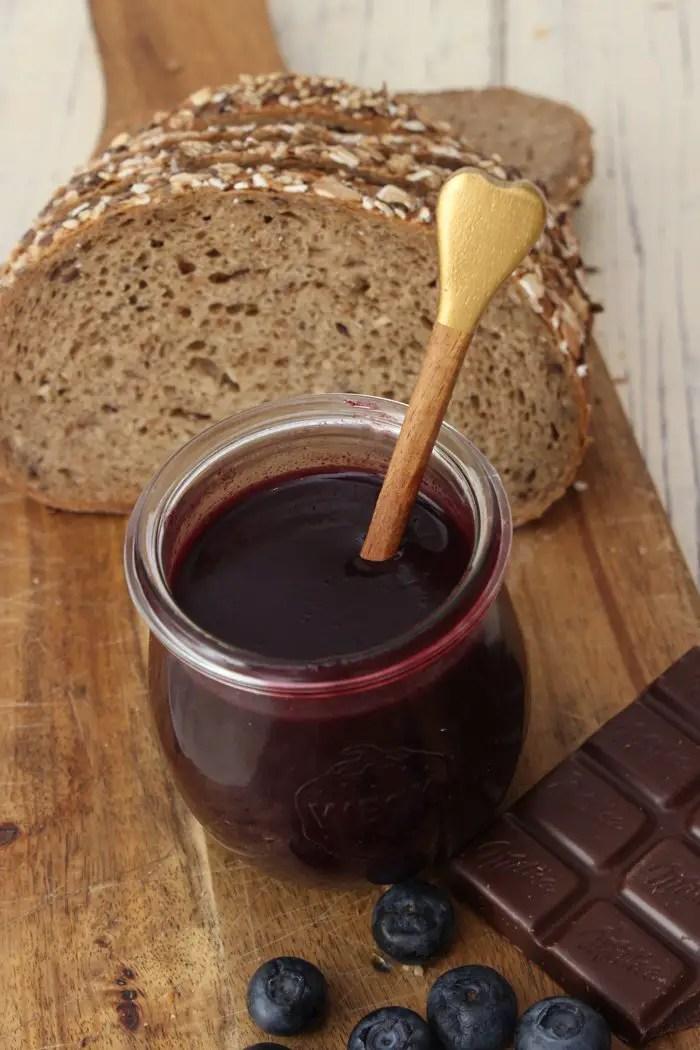 Heidelbeer-Schokoladen-Aufstrich & selbst gebackenes Superfood Brot