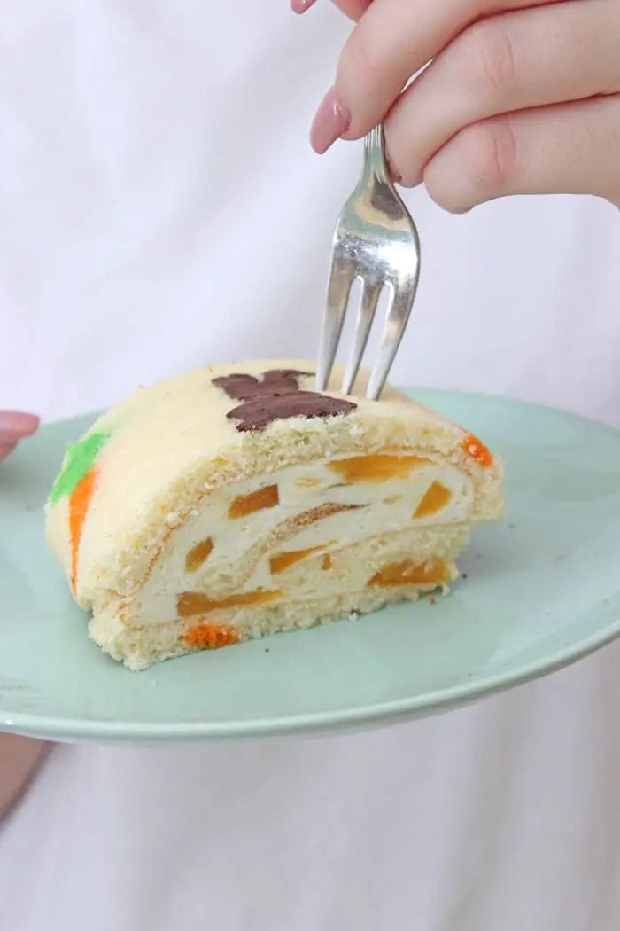 Biskuitrolle mit Oster-Muster & Aprikosen Quark-Sahne-Creme