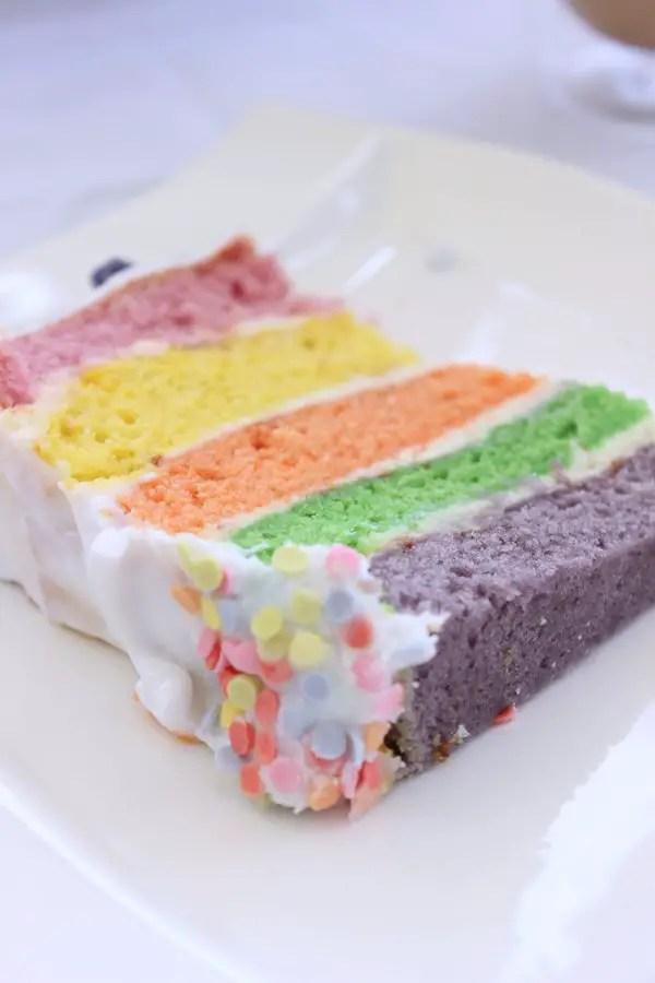 Regenbogen-Einhorntorte zum Geburtstag und Café Royal