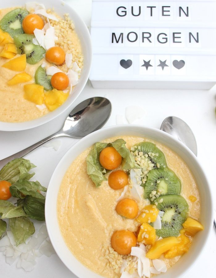 Smoothie Bowl mit Melone, Papaya, Mango und Skyr