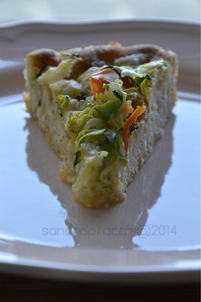 torta di schiacciata all'olio con riccioli di zucchina e pomodorini