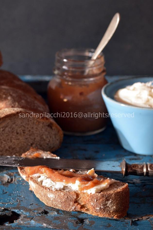 pane alla farina di castagne e marmellata di sorbe
