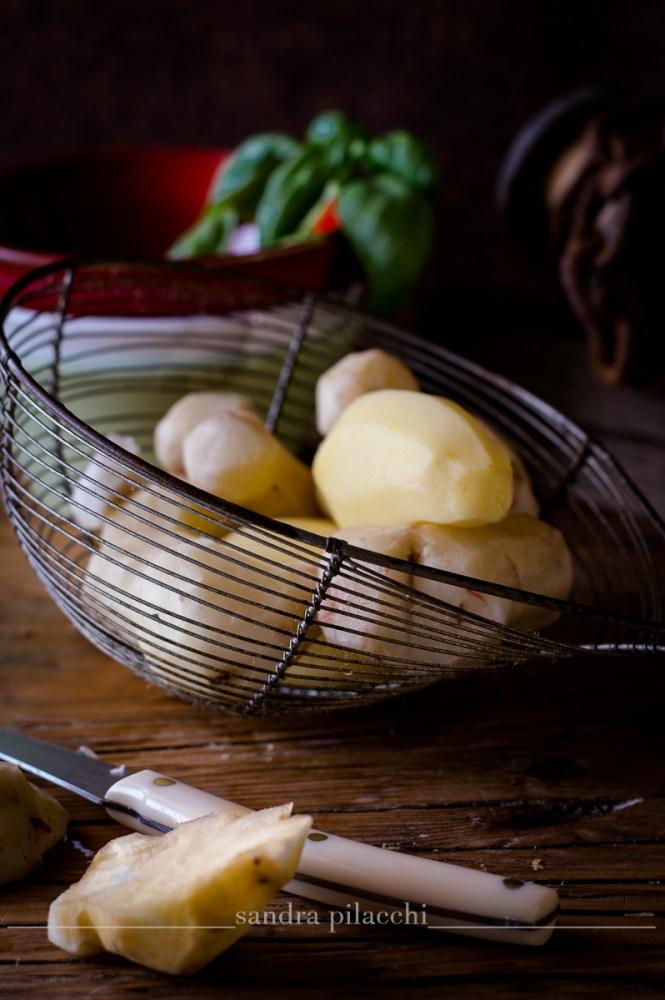 Spuma di topinambur con uova di quaglia e granella di mandorle tostate