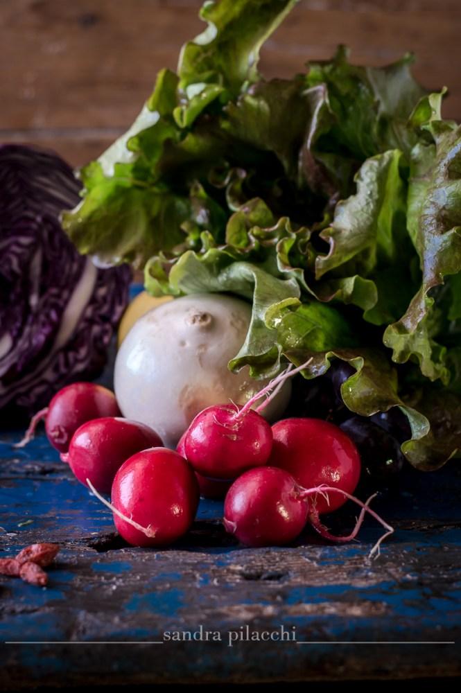 Insalata detox del lunedì con rape bianche, ravanelli cetrioli e uva