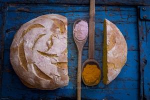 Pane alla curcuma, noce moscata e sale del Mar Morto