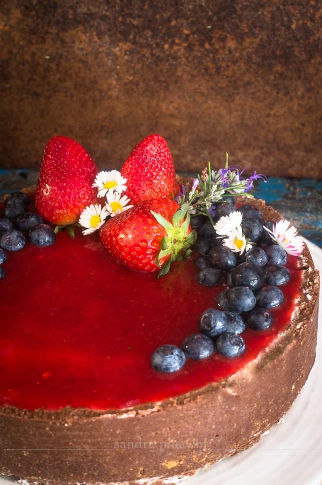 Ceesecake senza cottura con topping di fragole e mirtilli