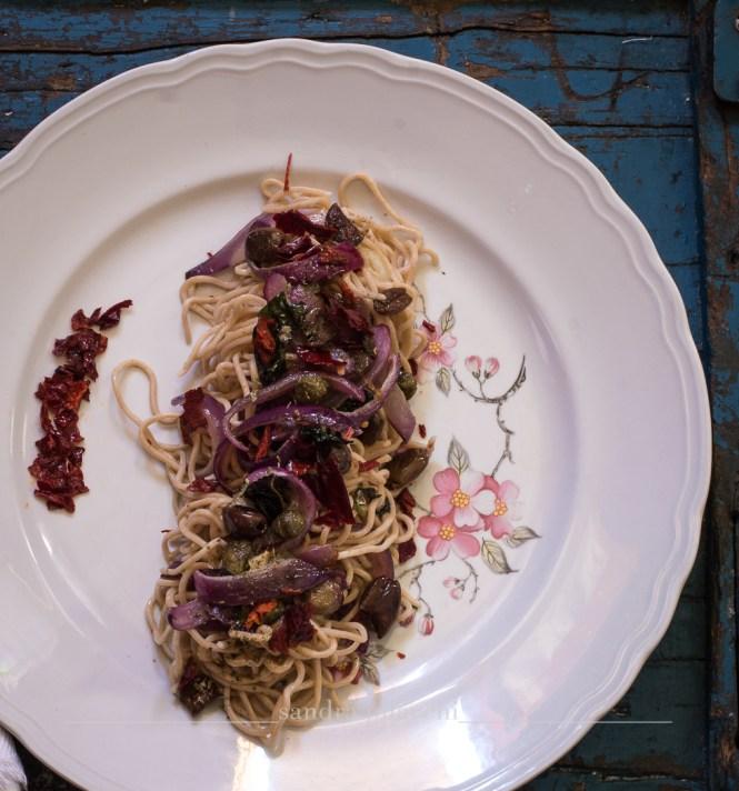 Spaghetti di farina di segale agli aromi estivi
