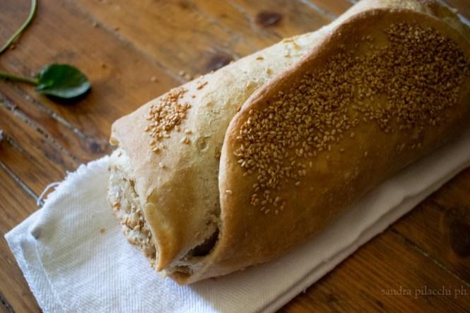 Pane sfogliato arrotolato con semi di sesamo