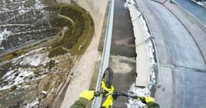 Ciclista louco anda em parapeito de barragem a mais de 200 metros de altura!