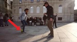 Uma jovem desafia várias pessoas na rua para tentarem tirar-lhe a bola dos pés. Mas ela dá um show...