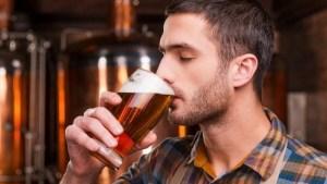 Beber uma cerveja por dia reduz o risco de vir a ter pedras nos rins...