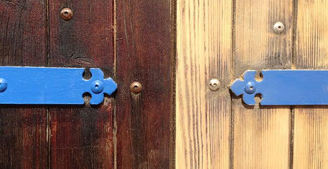 visuel d'une porte peinte en bois foncé et l'autre en bois clair avec le bout de la ferronnerie en bleu